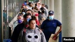 امریکی ریاست کنیٹی کٹ کے ایک کیرئر سینٹر کے باہر بے روزگار افراد کی طویل قطار، فائل فوٹو