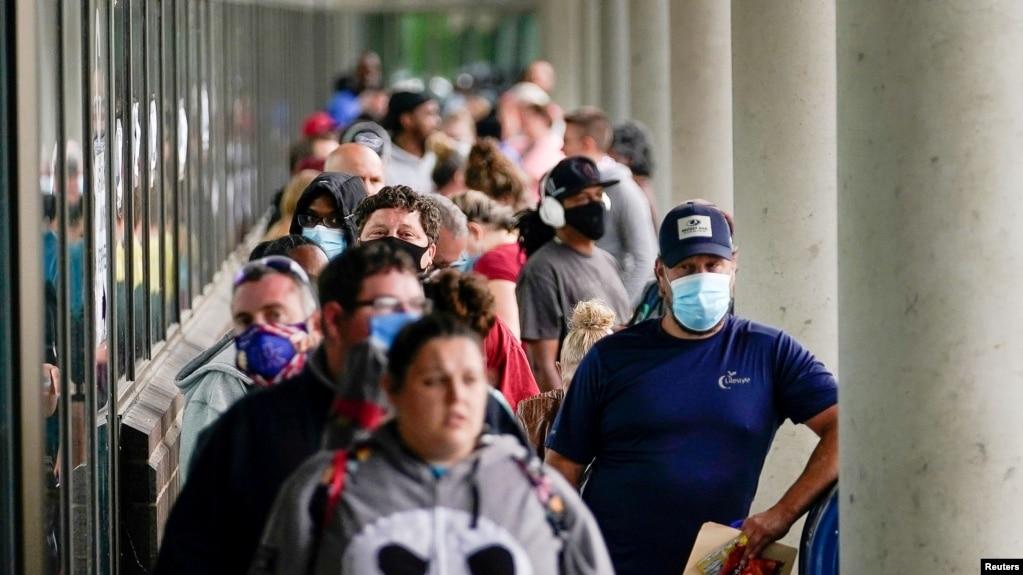 Qindra njerëz duke pritur në radhë në një qendër punësimi në shtetin Kentaki