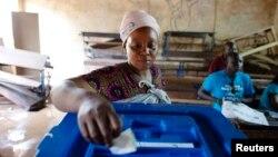 말리 수도 바마코의 투표소에서 한 여성이 투표하고 있다