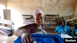 ຍິງຊາວມາລີຄົນນຶ່ງ ກໍາລັງໃຊ້ສິດ ເລືອກຕັ້ງຂອງລາວ ປ່ອນບັດ ເອົາປະທານາທິບໍດີ ທີ່ເມືອງຫຼວງ Bamako ເມື່ອວັນທີ 11 ສິງຫານີ້