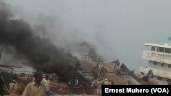 Le bateau m/v mudekera prend feu au port privé du groupe Ginki Petroleum à Uvira, Sud-Kivu, RDC, le 30 aout 2017. (VOA/Ernest Muhero)
