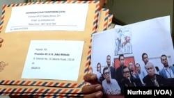 Empat surat yang dikirimkan ICM, kepada Jokowi, Syafii Maarif, Gus Mus dan Sinta Wahid. (Foto:VOA/ Nurhadi)