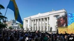 У здания Верховной Рады в день инаугурации президента Украины Владимира Зеленского. 20 мая 2019 г.