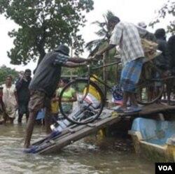 Sedikitnya 40 ribu warga Sri Lanka harus mengungsi karena rumahnya terendam banjir yang dipicu oleh hujan lebat.