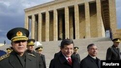 Perdana Menteri Turki Ahmet Davutoglu, kedua dari kiri, diapit oleh jenderal-jenderal Turki, meninggalkan upacara peletakan karangan bunga di Anitkabir, makam pendiri Turki modern Mustafa Kemal Ataturk, di Ankara, Turki, 26 November 2015.