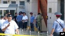 Cảnh sát Kyrgystan khám xét hiện trường sau vụ tấn công tự sát vào sứ quán Trung Quốc ở Bishkek, Kyrgyzstan, ngày 30/8/2016.