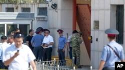 Polícia junto à embaixada da China.