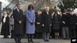 奥巴马总统和第一夫人以及政府雇员在白宫南草坪默哀