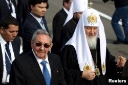 ຜູ້ນຳສູງສຸດຂອງສາສະໜາອອກໂທດັອກຣັດເຊຍ ຄືພະສັງຄະຣາດ Kirill (ຂວາ) ຢ່າງຢູ່ຂ້າງ ປະທານາທິບໍດີ ຄິວບາ ທ່ານ Raul Castro.