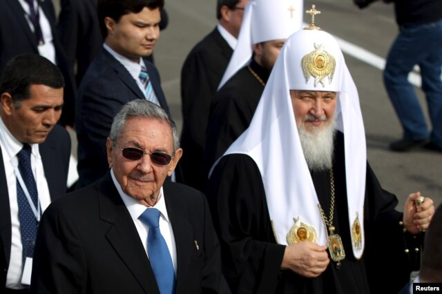 Patriarch Kirill, the head of the Russian Orthodox Church (R), walks beside Cuba's President Raul Castro after his arrival at the Jose Marti International Airport in Havana, Feb. 11, 2016.