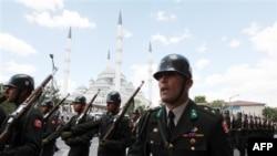 Binh sĩ Thổ Nhĩ Kỳ diễu hành sau tang lễ của 1 sĩ quan bị các phiến quân người Kurd giết chết tại biên giới Thổ Nhĩ Kỳ-Iraq, 24/7/2010