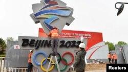 中国工人在河北张家口安装北京2022冬季奥运会会徽。(2019年5月8日)
