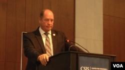 美國眾議院外交事務委員會亞太小組委員會主席、共和黨眾議員約霍在CSIS南中國海研討會上發表主題演說(美國之音莉雅拍攝)