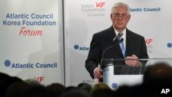 렉스 틸러슨 미국 국무장관이 12일 워싱턴DC에서 미국 애틀랜틱 카운슬과 한국국제교류재단이 공동 주최한 포럼에서 기조연설을 하고 있다.