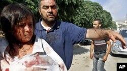 Cư dân thị trấn Azaz bị thương vì không kích đi đến một bệnh viên dã chiến