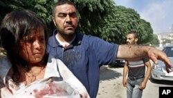 在阿扎茲空襲後生還的敘利亞人抵達附近的醫院