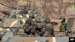 Binh sĩ Nam Triều Tiên trong cuộc tập trận gần làng đình chiến Bàn Môn Ðiếm, ngày 11/3/2013.