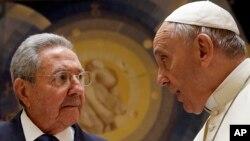 El presidente cubano Raúl Castro y el papa Francisco se reunieron este domingo en el Vaticano.
