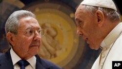 က်ဴးဘားသမၼတ Raul Castro နဲ႔ ပုပ္ရဟန္းမင္းႀကီး Francis တို႔ ဗာတီကန္မွာ ေတြ႔ဆံုစဥ္။ (ေမ ၁၀၊ ၂၀၁၅)
