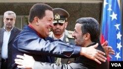 Presiden Iran Mahmoud Ahmadinejad menyambut kunjungan Presiden Venezuela Hugo Chavez di Teheran.