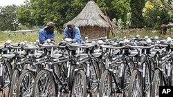 Mehaničari zaklade World Bicycle Relief mjesečno sastave 1000 bicikala