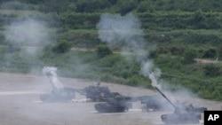 Ejercicios militares con cañones en Pocheon, al sur de la zona desmilitarizada que divide las dos Coreas.