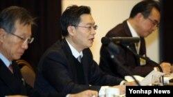 6자회담 한국측 수석대표인 황준국 외교부 한반도평화교섭본부장(가운데)이 12일 서울에서 열린 한반도 경제포럼에서 강연하고 있다.