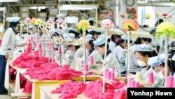 지난해 9월 개성공단 재가동 후 공단 내 한국 기업 공장에서 북한 근로자들이 작업 중이다. (자료사진)