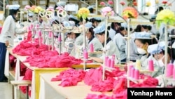 북한 개성공단에 입주한 한국 기업 공장에서 북한 노동자들이 의류를 생산하고 있다. (자료사진)