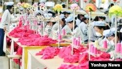 지난해 9월 개성공단 내 한국기업에서 북한 근로자들이 제품을 생산 중이다. (자료사진)