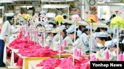 지난 2013년 9월 개성공단 내 한국 'SK어패럴' 공장에서 북한 근로자들이 제품을 생산 중이다. (자료사진)