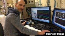 Pakar ilmu saraf Universitas Maryland Patrick Kanold merekam aktivitas saraf auditory cortex tikus dewasa, yaitu bagian dari otak yang menghasilkan pendengaran. (Photo courtesy Patrick Kanold)