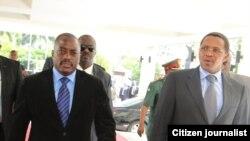 Rais Jakaya Kikwete wa Tanzania (kulia) na Rais Joseph Kabila wa DRC (kushoto) wakiingia hotel Hyatt Kilimanjaro.