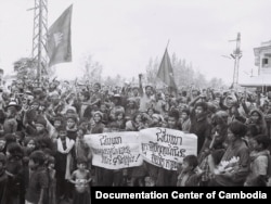 Villagers gathered for meeting to discuss the Renakse petition cataloguing the crime of Pol Pot, 1982. (Source: Documentation Center of Cambodia Archive)