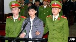 Nguyễn Văn Hóa (giữa) tại phiên tòa ngày 27/11/2018.