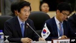 2013年6月30日在汶萊首都斯里巴加灣市舉行的東盟國家外長會議期間,韓國外長尹炳世(左)在會上發表講話。
