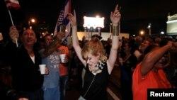 جشن مردم محله «هاوانای کوچک» در شهر میامی ایالت فلوریدا پس از اعلام خبر درگذشت فیدل کاسترو