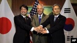 Bộ trưởng Quốc phòng Hoa Kỳ Chuck Hagel (giữa), Bộ trưởng Quốc phòng Nhật Bản Itsunori Onodera (trái), và Bộ trưởng Quốc phòng Nam Triều Tiên Kim Kwan-jin, tại cuộc Đối thoại An ninh Shangri-La, Singapore, ngày 1/6/2013.