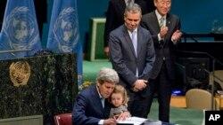 Джон Керри подписывает соглашение об изменении климата