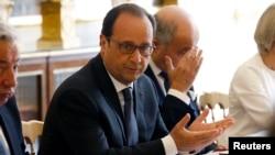法国总统奥朗德(中)在巴黎爱丽舍宫出席会议(2015年6月24日)