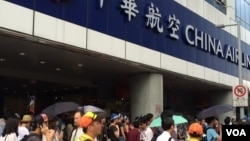 2016年6月24日华航空服人员在台北华航大楼前举行罢工。(美国之音齐勇明拍摄)