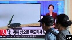 Người dân xem một chương trình truyền hình đưa tìn về vụ phóng phi đạn của Bắc Triều Tiên ở Nhà ga Xe lửa Seoul, Hàn Quốc, ngày 5 tháng 9 năm 2016.