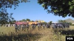 2014年12月22日警方准备在缅甸北部莱比唐铜矿与抗议者对峙