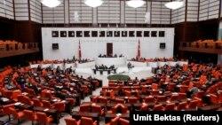 2일 터키 앙카라에서 열린 의회 본회의에서 ISIL에 대한 군사행동 사전 동의안이 표결에 부쳐졌다.