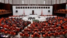 Parlamenti turk voton për t'iu bashkuar operacioneve në Siri dhe në Irak