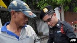曼谷警察在总理官邸前检查行人