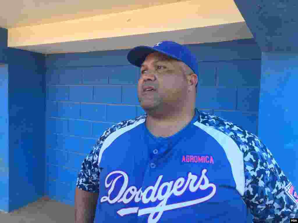 """""""La idea es que no solamente aprendan a jugar béisbol, sino que también se le enseña a ser buenos ciudadanos"""", dice Lewis González, entrenador."""