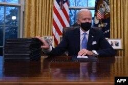 Ngay trong ngày đầu làm việc, 20/1, Tổng thống Biden ký một loạt sắc lệnh hành pháp.