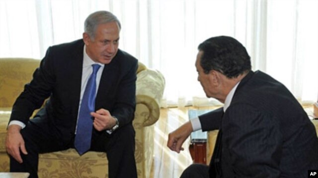 Israeli Prime Minister Benjamin Netanyahu (L) meeting with Egyptian President Hosni Mubarak in the Egyptian Red Sea resort town of Sharm El-Sheikh, 06 Jan 2011