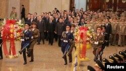 북한 김정은 국무위원장(가운데)이 지난 2월 김일성·김정일 부자의 시신이 안치된 금수산태양궁전을 방문하고 있다.